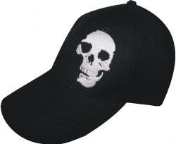 Gorra plana color negro con bordado de calavera en un lado y de frente hecho a la medida para cliente